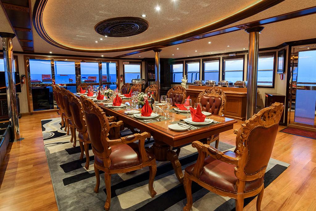 Dhaainkan'baa luxury motor yacht dining room