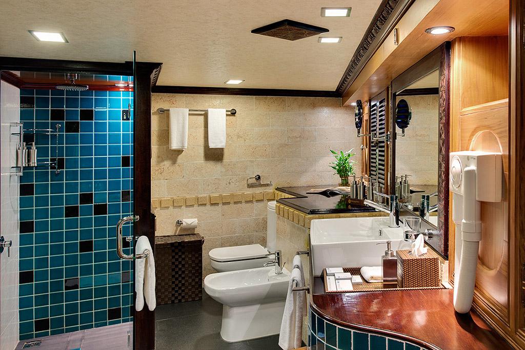 Dhaainkan'baa luxury motor yacht master bath