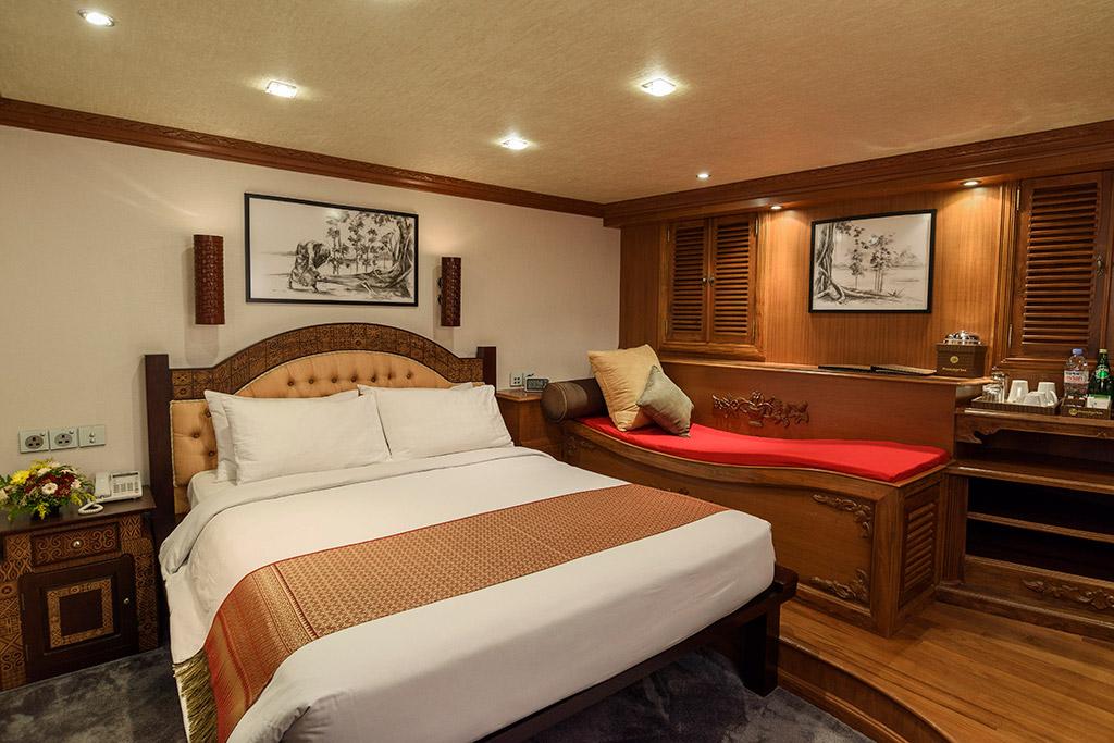 Dhaainkan'baa luxury motor yacht master bedroom